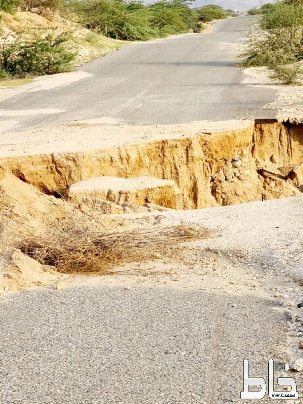 بالصور : حفرة عميقة تنذر بوقوع كارثة وانهيار في طريق سد وادي يبه بمحافظة بارق