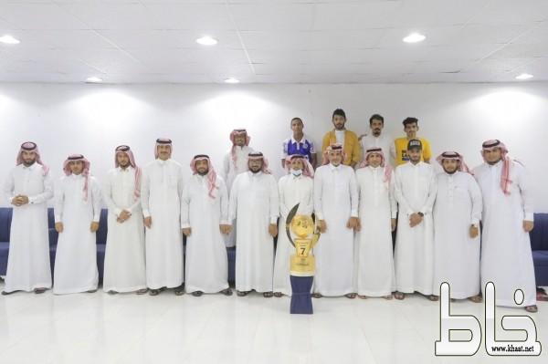فريق الأحلام ببارق يحتفي بكأس دورة البلدية ويكرم عضو نادي الفاروق