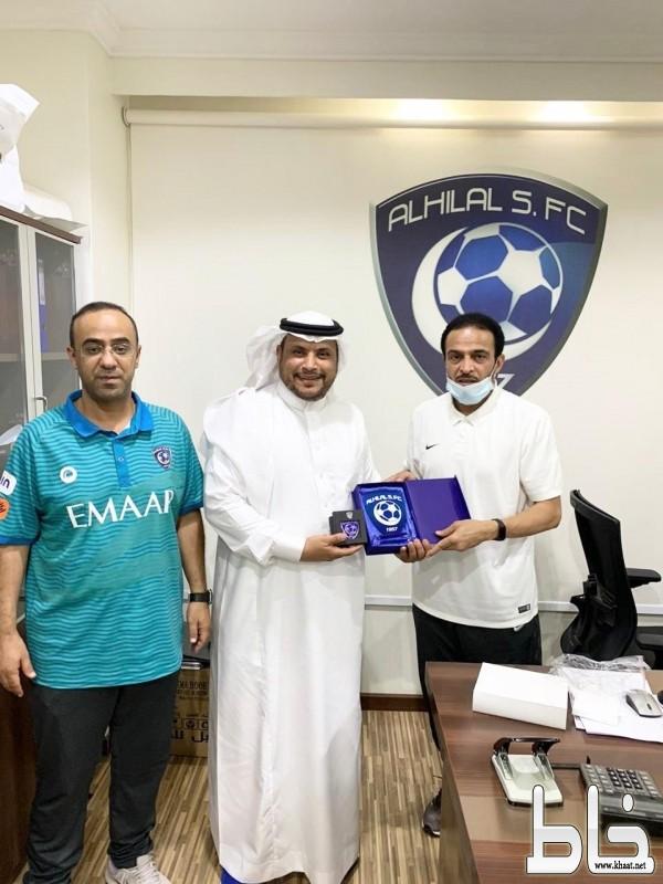 المشرف العام للفئات السنية بنادي الهلال يكرم عضو شرف النادي جابر الشهري
