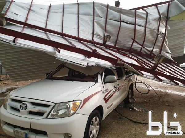 العواصف والأمطار  تهدم منزل اسرة من ذوي الأحتياجات الخاصة وتتلف مركبتهم في أحد ثربان