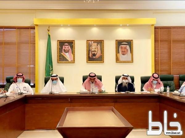 محافظ بيشة يترأس اجتماع المجلس المحلي وبمشاركة أعضاء اللجنة الشبابية