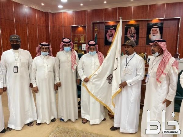 رئيس بلدية بارق يستقبل أعضاء نشامى الحي مصطحبين بيرق التميز