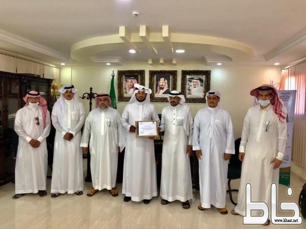منسوبو ثانوية صقر قريش يهنئون مدرسة الملك عبدالله بن عبدالعزيز بعد الفوز بجائزة جامعة الأمير محمد بن فهد