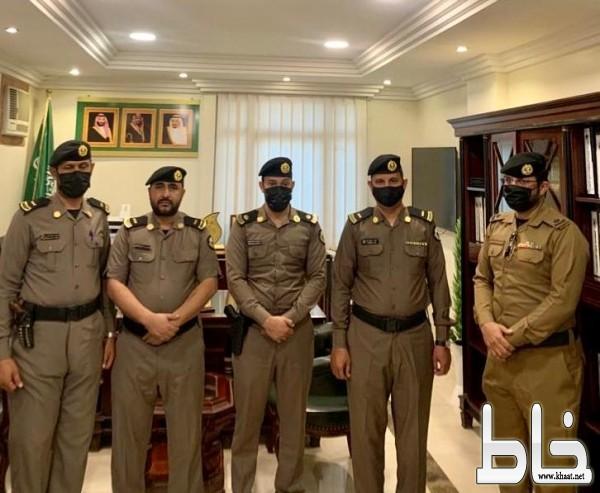 مدير شرطة المجاردة المكلف الرائد عبدالرحمن الشهري يقلّد المترقين رتبهم الجديدة