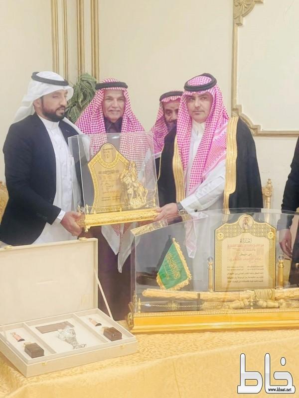 بالصور : افراد قبيلة الشيخ حامد  في الرياض يكرمون البطل عامر