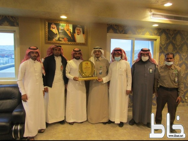 شركة الغاز والتصنيع الأهلية بخميس مشيط تكرم البطل عامر الشهري منقذ الشاب بسيول المجاردة