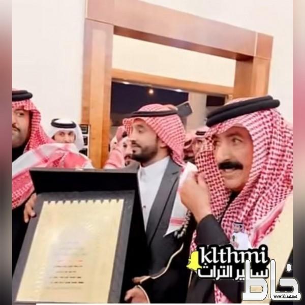 بن قروش :  يكرم البطل عامر ويهديه ارض في مدينة الرياض