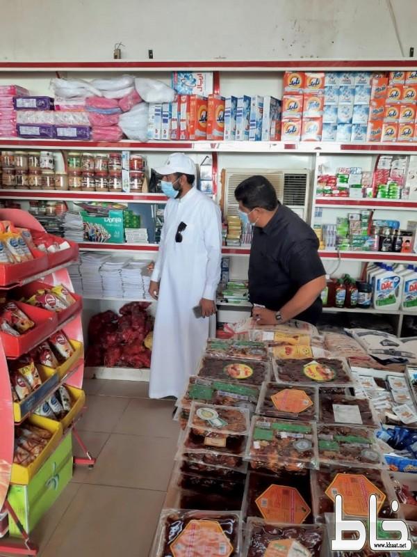 بلدية بارق تغلق مركز تجاري وتصادر مواد فاسدة بجمعة ربيعة