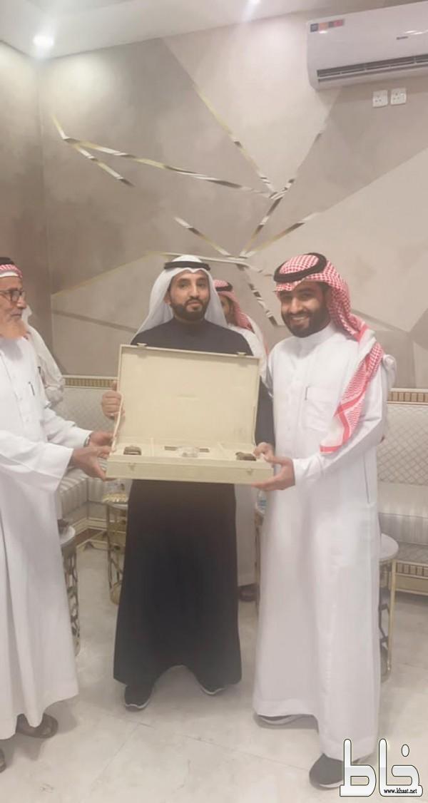 """البطل """" عامر """" يكرم مصور المقطع سعد العتيبي ويهديه مبلغ 5000 الاف ريال"""