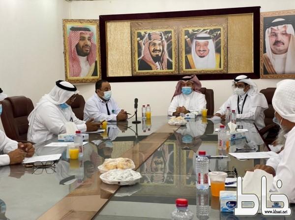 محافظ المجاردة بن دلبوح يرأس اجتماع لجنة أصدقاء المرضى