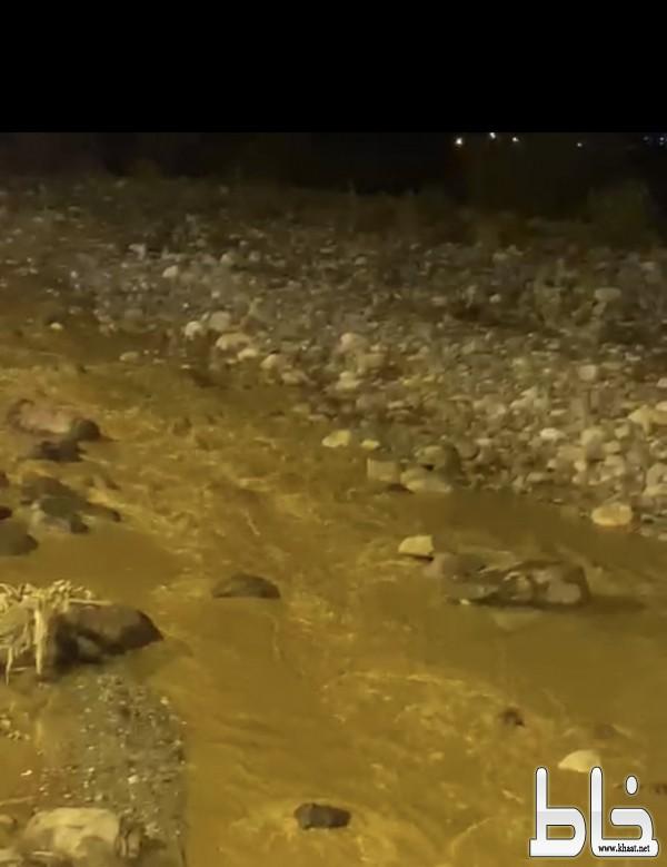 عزل عشرات القرى خلف الأودية بمركز خاط بسبب السيول