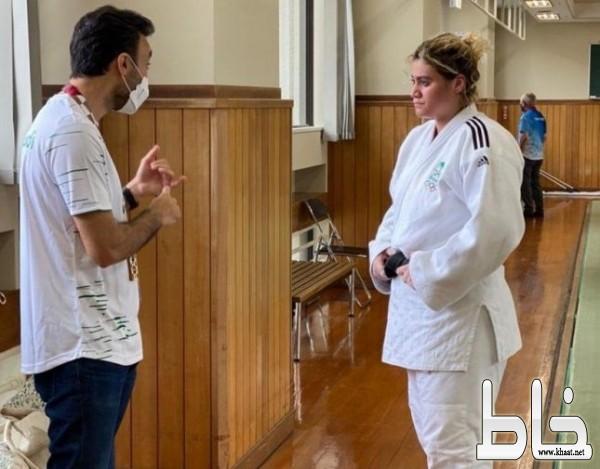"""شاهد: """"وزير الرياضة"""" يحضر تدريب تهاني القحطاني ويوجهها قبل مباراتها ضد منافستها الإسرائيلية"""