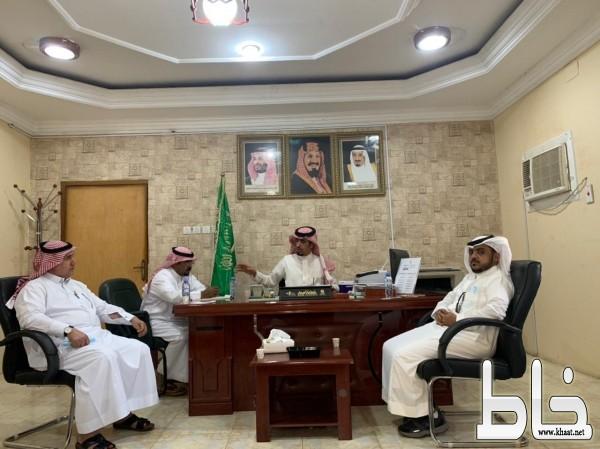 رئيس بلدية بارق يلتقي برئيس مركز ثلوث المنظر