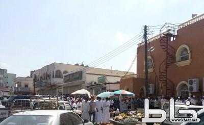 بالصور : مصلون خارج المساجد وأمام المحلات التجارية  في المجاردة