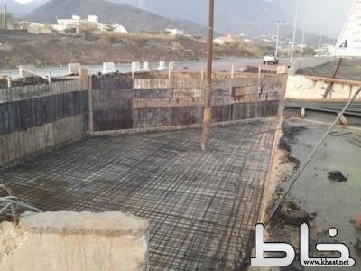 صبّة نظافة مشروع على عمود كهرباء بوادي الضمو بالمجاردة