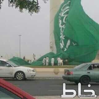 رياح شديدة تُسقط أطول علم في جدة