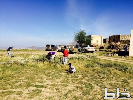 متنزهون يتطوعون بتنظيف جبل ريمان بمركز ختبة أثناء رحلتهم السياحية