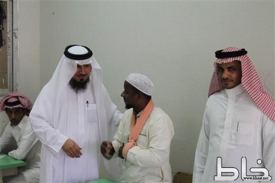 مدير مكتب التربية والتعليم بمحافظة المجاردة يتفقد سير الاختبارات بصقر قريش الليلية