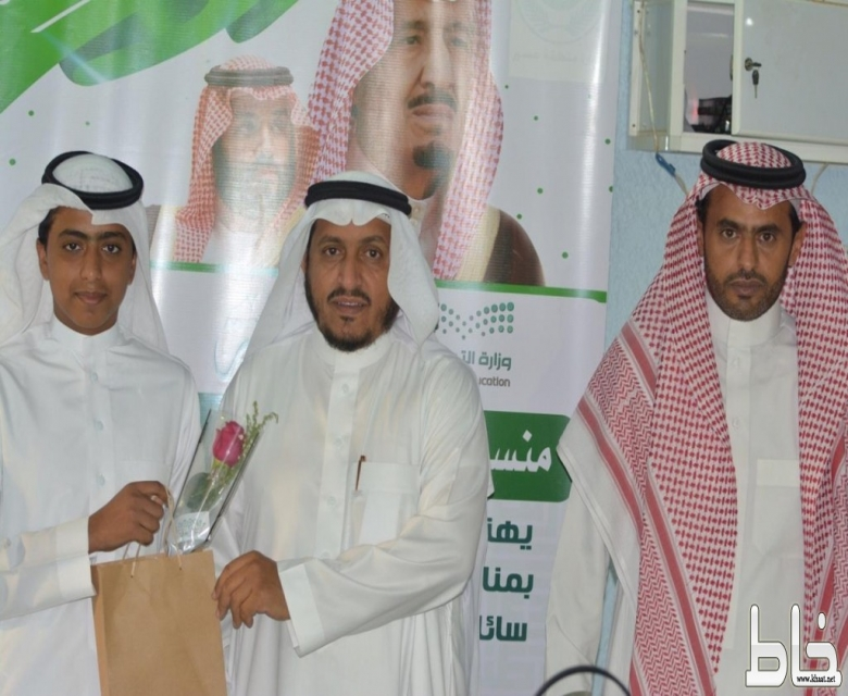 الطالب حسن آل حجري يزور مدرسة المنهل الإبتدائية ويكرم المعلمين بمناسبة اليوم العالمي للمعلم