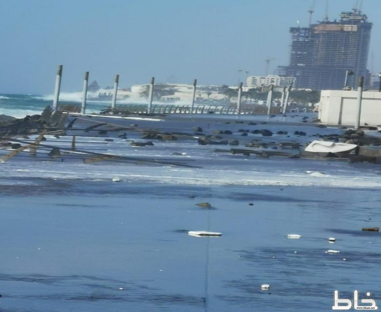 بالفيديو :  أمواج قوية تغمر كورنيش جدة