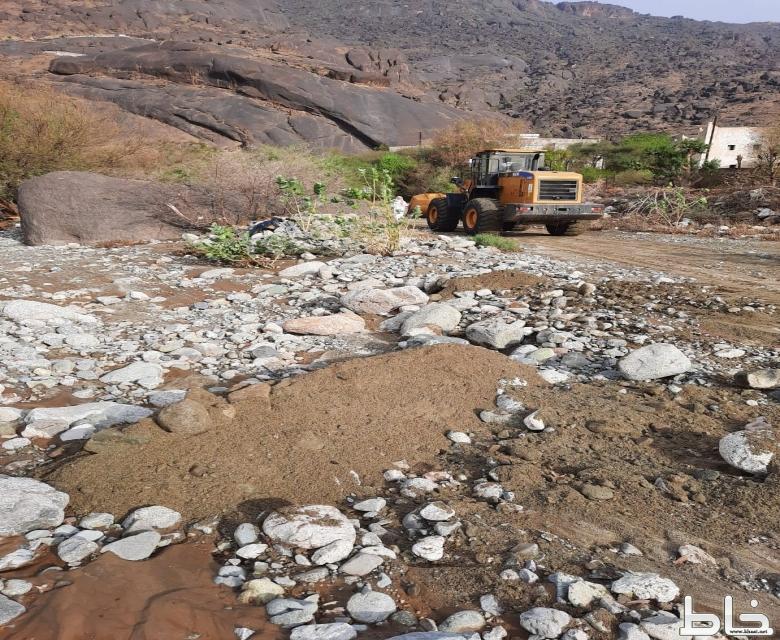 فتح الطرق المتضررة من هطول الأمطار والسيول بمركز خاط