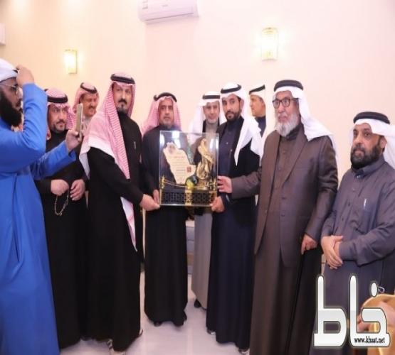 بحضور معالي محافظ الكهرباء سابقا:  قبائل بني شهر في الرياض يكرمون البطل عامر